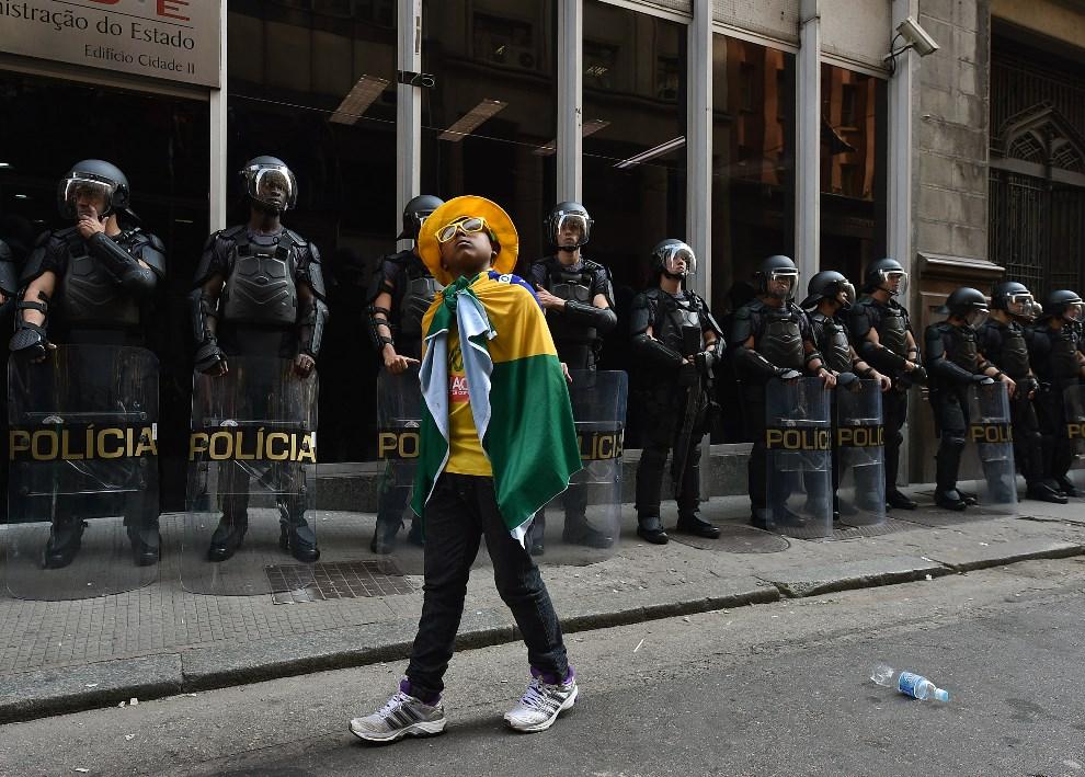 13.BRAZYLIA, Rio de Janeiro, 9 czerwca 2014: Policjanci zabezpieczają demonstrację z udziałem pracowników metra (domagających się podwyżek) i przedstawicieli   bezdomnych z Rio. AFP PHOTO/NELSON ALMEIDA