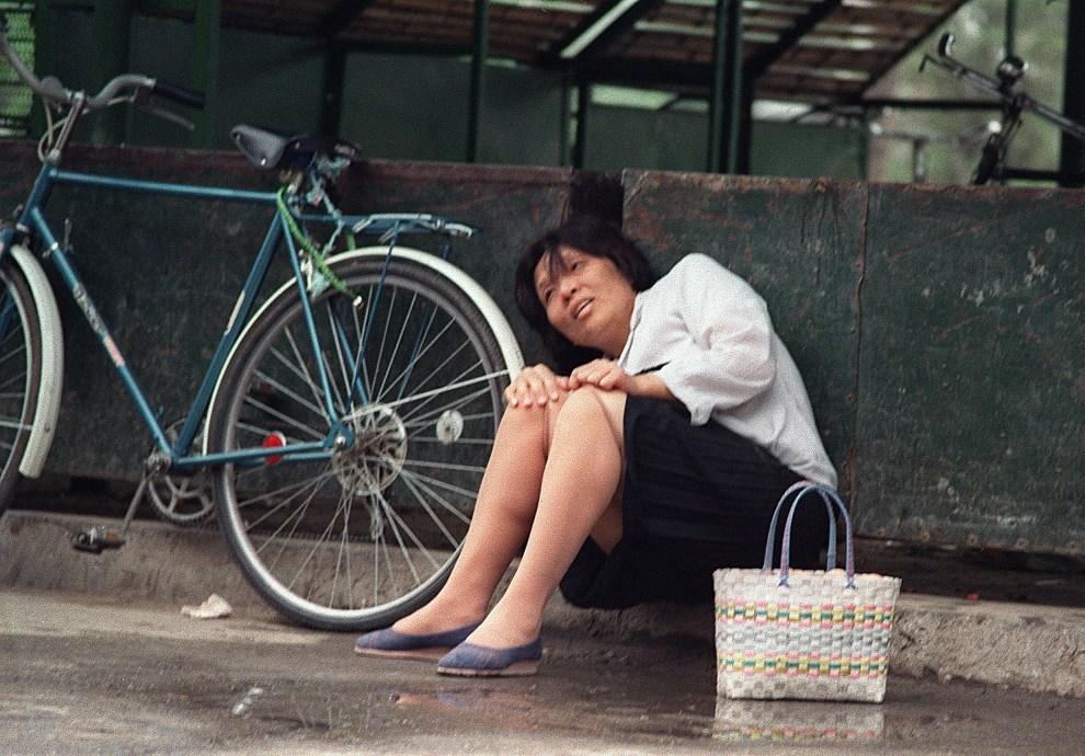 13.CHINY, Pekin, 17 czerwca 1989: Kobieta chroniąca się przed ostrzałem. AFP PHOTO MANUEL CENETA