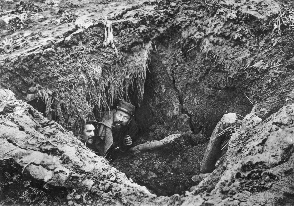 13.FRANCJA, Arras, 1 marca 1915: Francuscy żołnierze wychodzący z wykopanego bunkra. (Foto: Topical Press Agency/Getty Images)