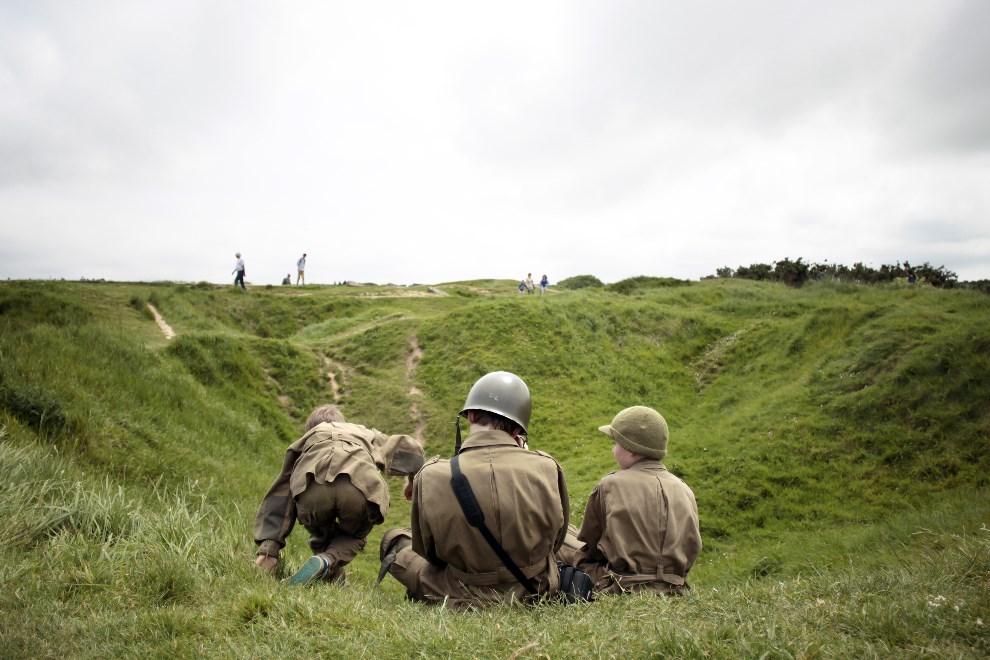 14.FRANCJA, Cricqueville-en-Bessin, 31 maja 2014: Dzieci w mundurach z czasów II wojny światowej, w miejscu stacjonowania niemieckiej baterii. AFP PHOTO/CHARLY TRIBALLEAU