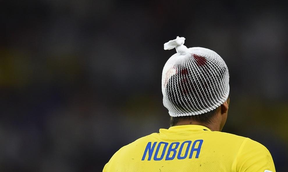 14. BRAZYLIA, Rio de Janeiro, 25 czerwca 2014: Christian Noboa po doznaniu kontuzji głowy. AFP PHOTO / ODD ANDERSEN