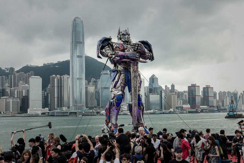"14.CHINY, Hong Kong, 19 czerwca 2014: Optimus Prime prezentowany podczas premiery filmu ""Transformers 4"". AFP PHOTO / Philippe Lopez"