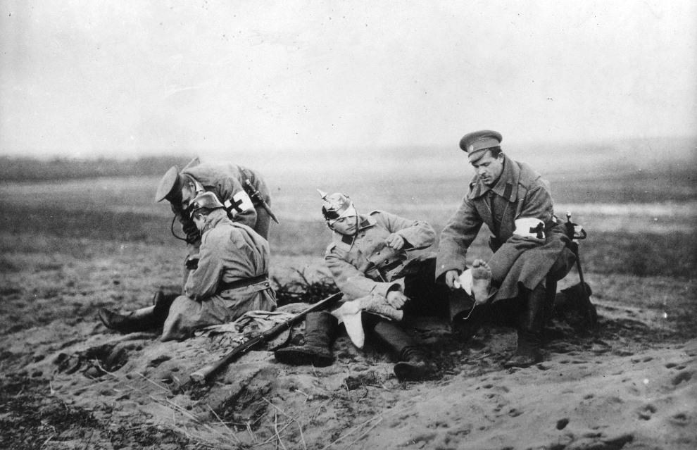 14.ROSJA, 1915: Pomoc medyczna udzielana rannym żołnierzom. (Foto: Hulton Archive/Getty Images)