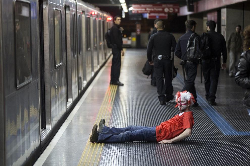 14.BRAZYLIA, Sao Paulo, 19 czerwca 2014: Angielski kibic na stacji metra. (Foto: Oli Scarff/Getty Images)