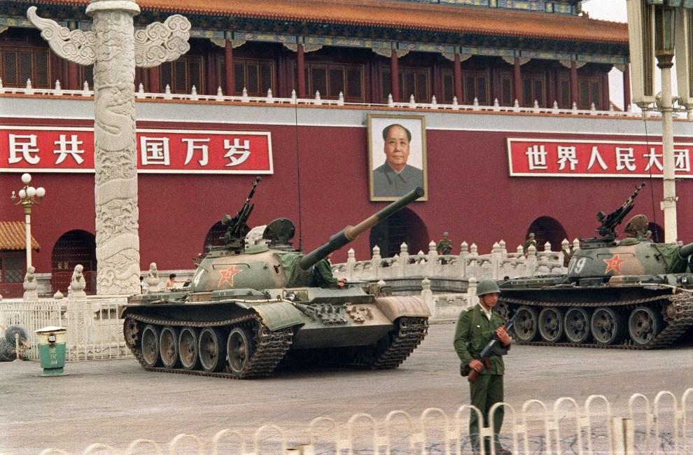 15.CHINY, Pekin, 9 czerwca 1989: Czołgi na placu Tiananmen. AFP PHOTO / FILES / CATHERINE HENRIETTE