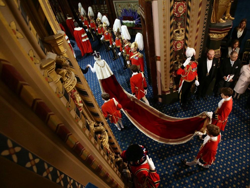 15.WIELKA BRYTANIA, Londyn, 4 czerwca 2014: Królowa  Elżbieta przybywa do budynku parlamentu. AFP PHOTO / POOL / YUI MOK