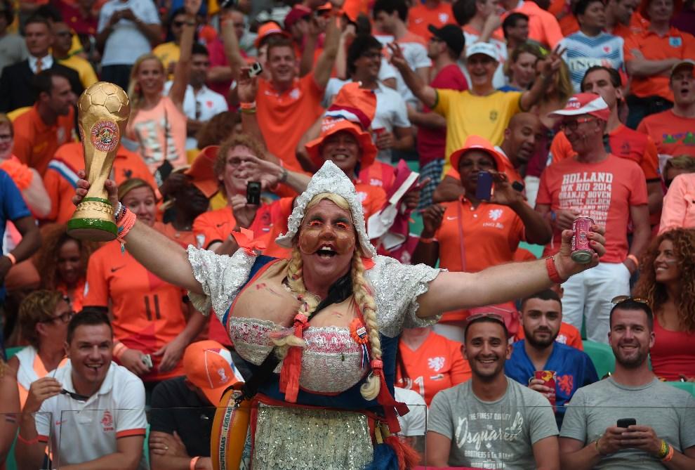 15.BRAZYLIA, Salvador, 13 czerwca 2014: Holenderscy kibice podczas meczu z Hiszpanią. AFP PHOTO / DAMIEN MEYER