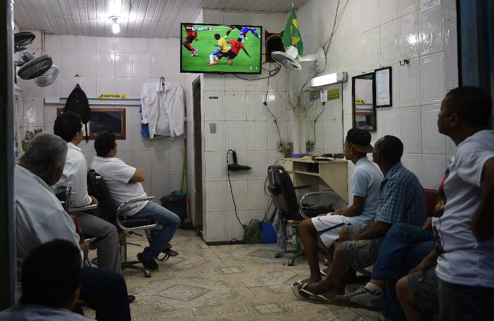 15.BRAZYLIA, Rio de Janeiro, 17 czerwca 2014: Brazylijczycy oglądają mecz  Brazylia – Meksyk. AFP PHOTO / YASUYOSHI CHIBA