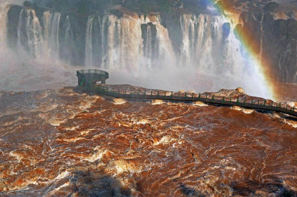 15.BRAZYLIA, Foz do Iguaçu, 12 czerwca 2014: Uszkodzony most na granicy Brazylii I Paragwaju, na rzece Paranie. AFP PHOTO / Norberto Duarte