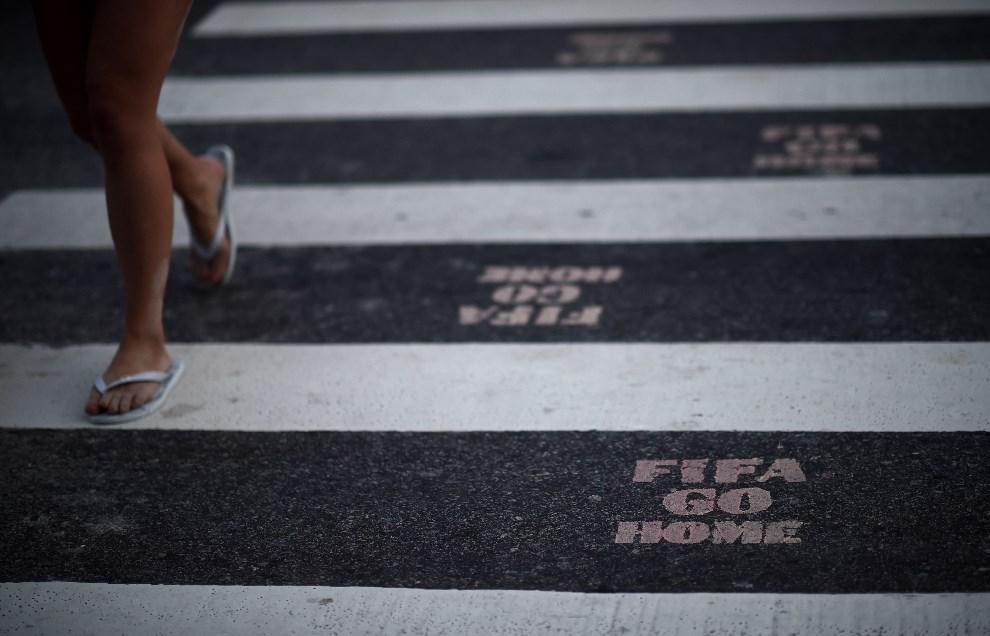 15.BRAZYLIA, Rio de Janeiro, 9 czerwca 2014: Hasła skierowane przeciw FIFA I organizacji mundialu w Brazylii. (Foto: Matthias Hangst/Getty Images)