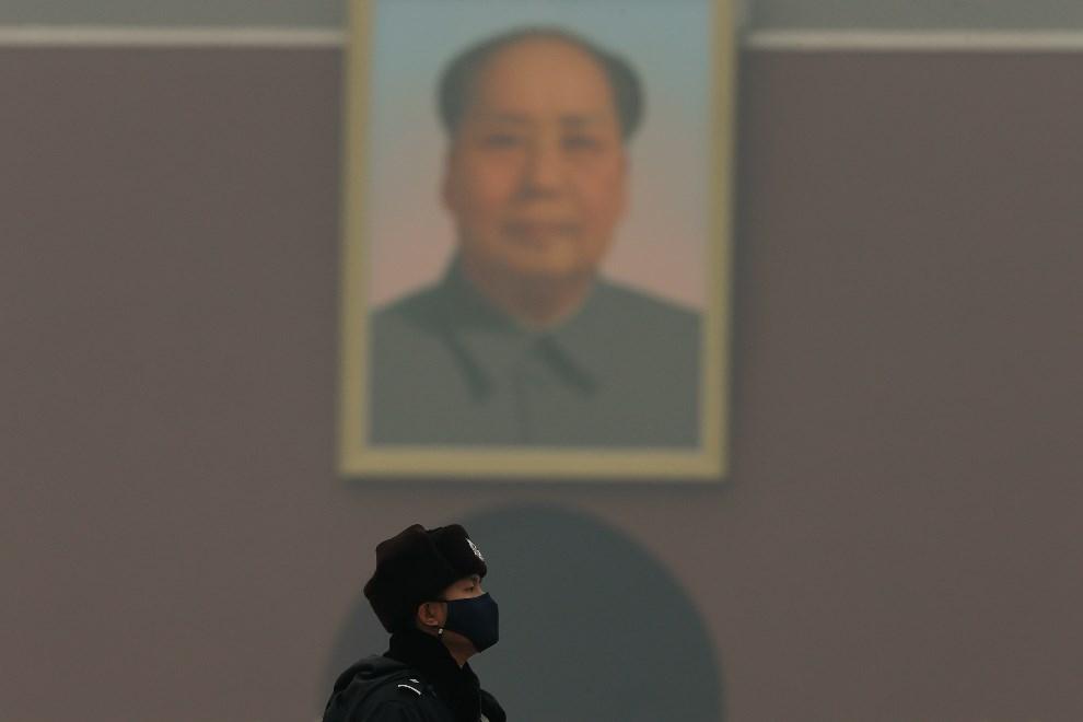 16.CHINY, Pekin, 3 marca 2014: Policjant w masce chroniącej go przed smogiem. (Foto: Lintao Zhang/Getty Images)