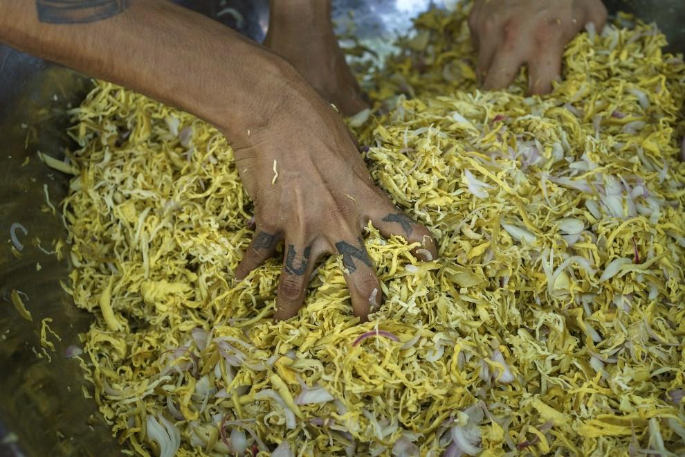 16.MJANMA, Rangun, 9 marca 2014: Mieszanie składników jednej z potraw. (Foto: Getty Images/Getty Images)