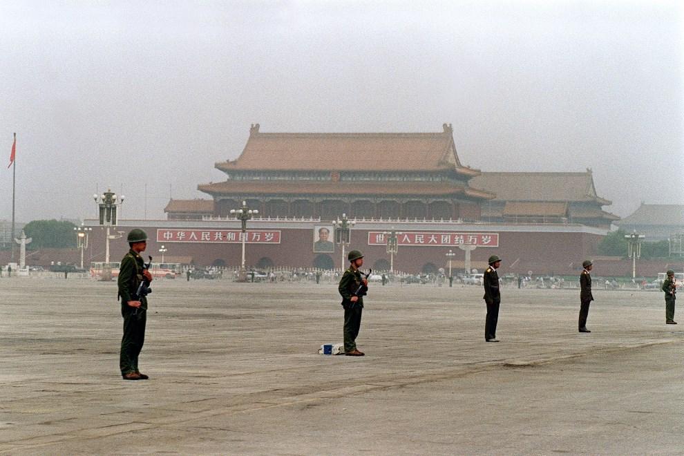 17.CHINY, Pekin, 13 czerwca 1989: Uzbrojeni żołnierze na placu Tiananmen. AFP PHOTO / FILES / CATHERINE HENRIETTE
