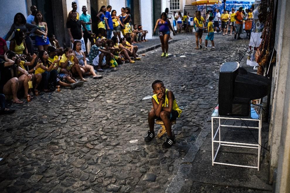 17.BRAZYLIA, Salvador, 17 czerwca 2014: Brazylijczycy oglądają mecz Brazylia – Meksyk. AFP PHOTO / DIMITAR DILKOFF