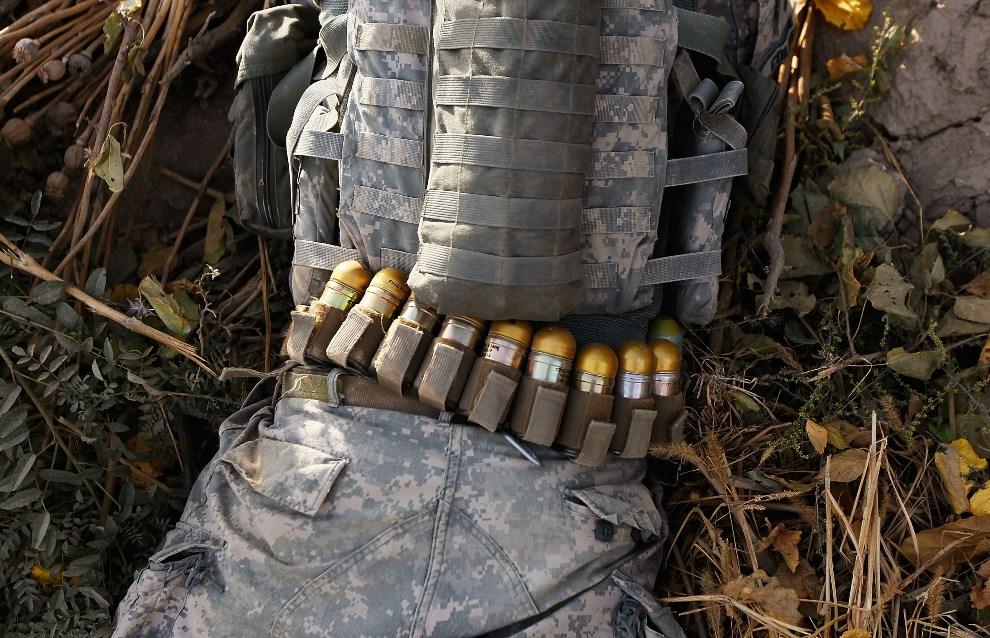 17.AFGANISTAN, 14 października 2010: Amerykański żołnierz na patrolu w miejscu, gdzie przed pięcioma dniami doszło ataku na jego oddział. (Foto: Chris   Hondros/Getty Images)