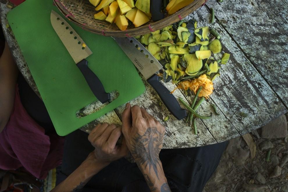 17.MJANMA, Rangun, 9 marca 2014: Członek zespołu punkowego krojący dynie. (Foto: Getty Images/Getty Images)