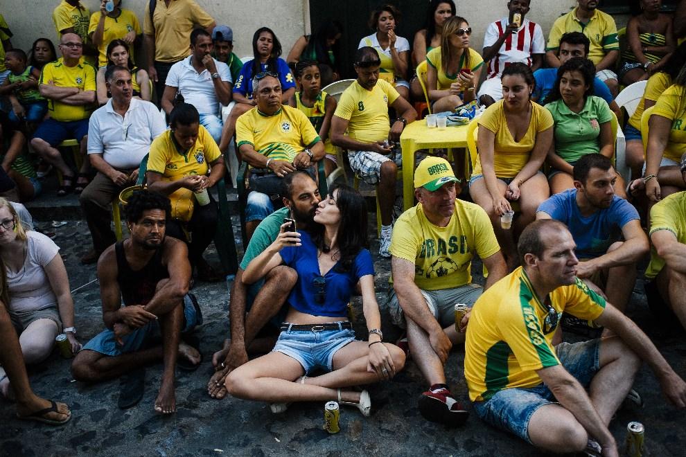 18.BRAZYLIA, Salvador, 17 czerwca 2014:  Brazylijczycy oglądają mecz Brazylia – Meksyk. AFP PHOTO / DIMITAR DILKOFF