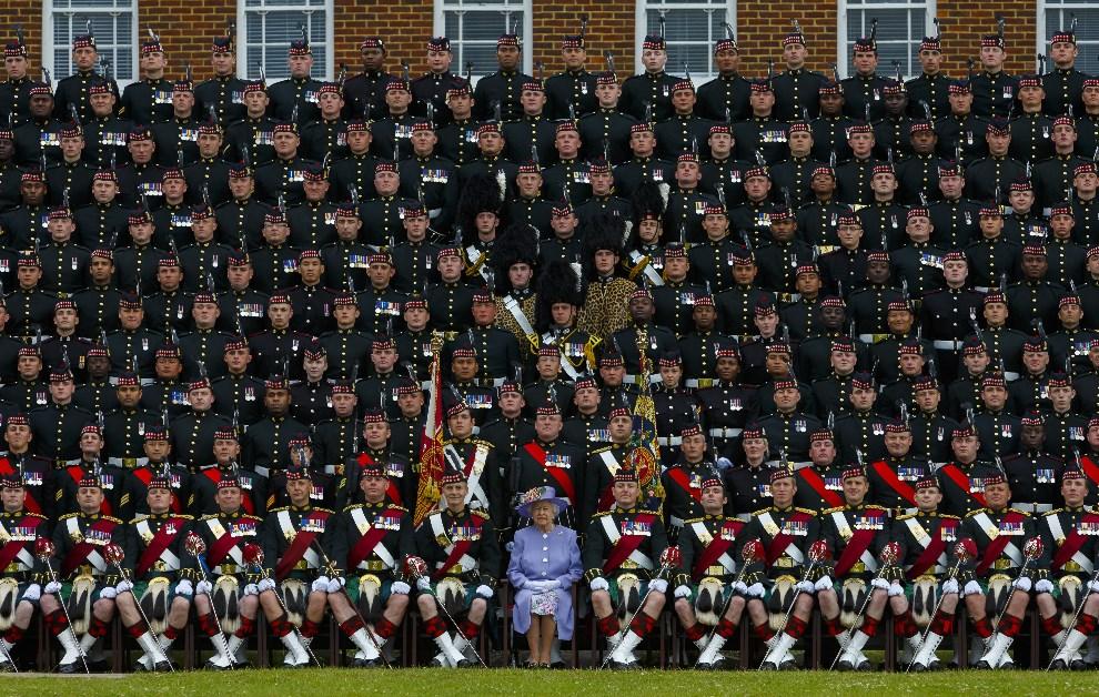 18.WIELKA BRYTANIA, Canterbury, 28 czerwca 2013: Królowa Elżbieta II, z 5. Batalionem Regimentu Szkockiego (5 SCOTS). (Foto: Chris Ison - WPA Pool/Getty Images)