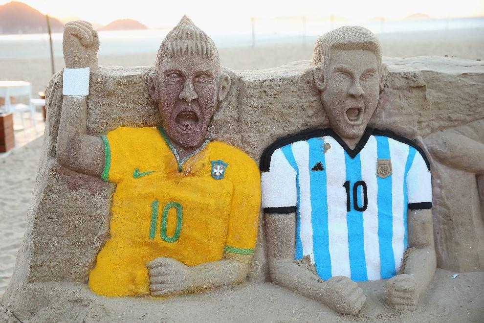 18.BRAZYLIA, Rio de Janeiro, 9 czerwca 2014: Budowle z piasku przedstawiające gwiazdy reprezentacji Brazylii i Argentyny. (Foto: Julian Finney/Getty Images)