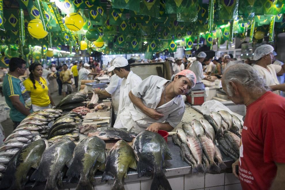 18.BRAZYLIA, Manaus, 14 czerwca 2014: Sprzedawca ryb na straganie w Manaus. (Foto: Oli Scarff/Getty Images)