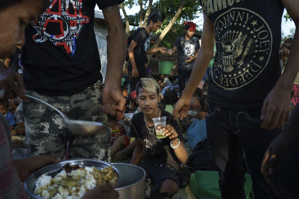 18.MJANMA, Rangun, 9 marca 2014: Muzycy i ich rodziny rozdający posiłki. (Foto: Getty Images/Getty Images)