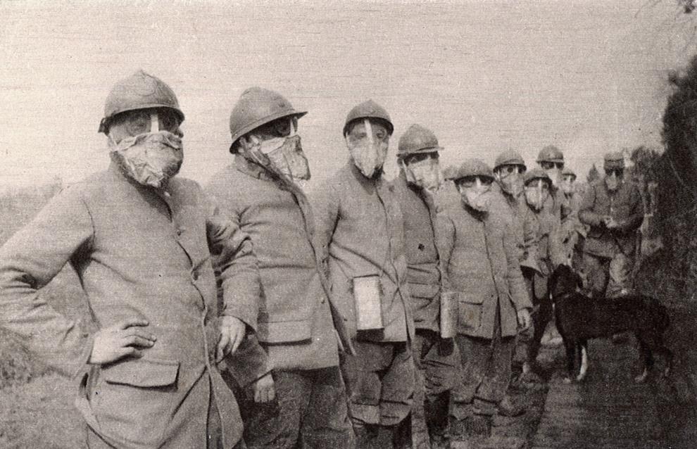 19.FRANCJA: Francuscy żołnierze w maskach przeciwgazowych. AFP PHOTO