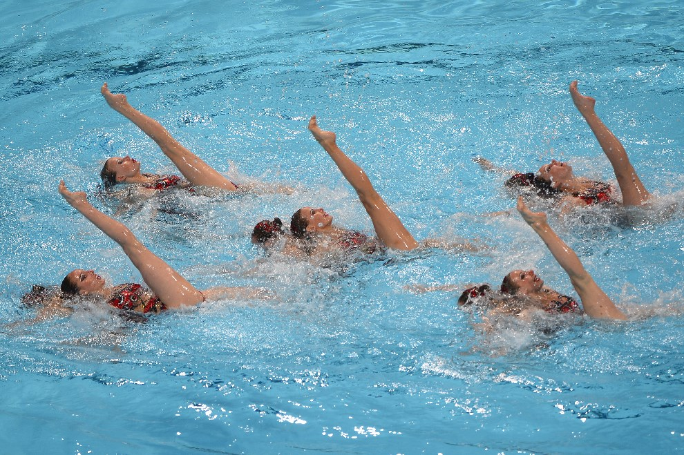 19.HISZPANIA, Barcelona, 27 lipca 2013: Pięć nóg pływaczek synchronicznych podczas mistrzostw FINA. AFP PHOTO / PIERRE-PHILIPPE MARCOU
