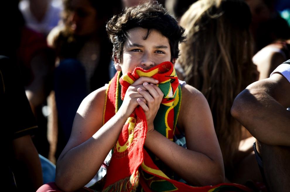 19. PORTUGALIA, Lizbona, 26 czerwca 2014: Kibice oglądają występ swojej reprezentacji. AFP PHOTO / PATRICIA DE MELO MOREIRA