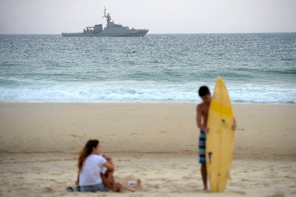 19.BRAZYLIA, Rio de Janeiro, 9 czerwca 2014: Okręt marynarki wojennej patrolujący wody w pobliżu Royal Tulip Hotel (ulokoawna jest tam reprezentacja Anglii).   (Foto: Alexandre Loureiro/Getty Images)