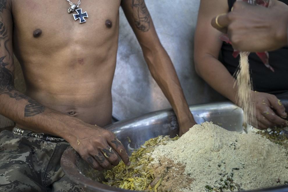 """19.MJANMA, Rangun, 9 marca 2014: Przygotowywanie posiłku podczas akcji """"Food Not Bombs"""". (Foto: Getty Images/Getty Images)"""