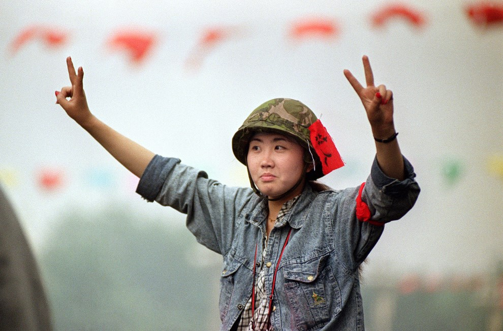 1.CHINY, Pekin, 18 maja 1989: Dziewczyna w hełmie podczas protestów na placu Tiananmen. AFP PHOTO CATHERINE HENRIETTE