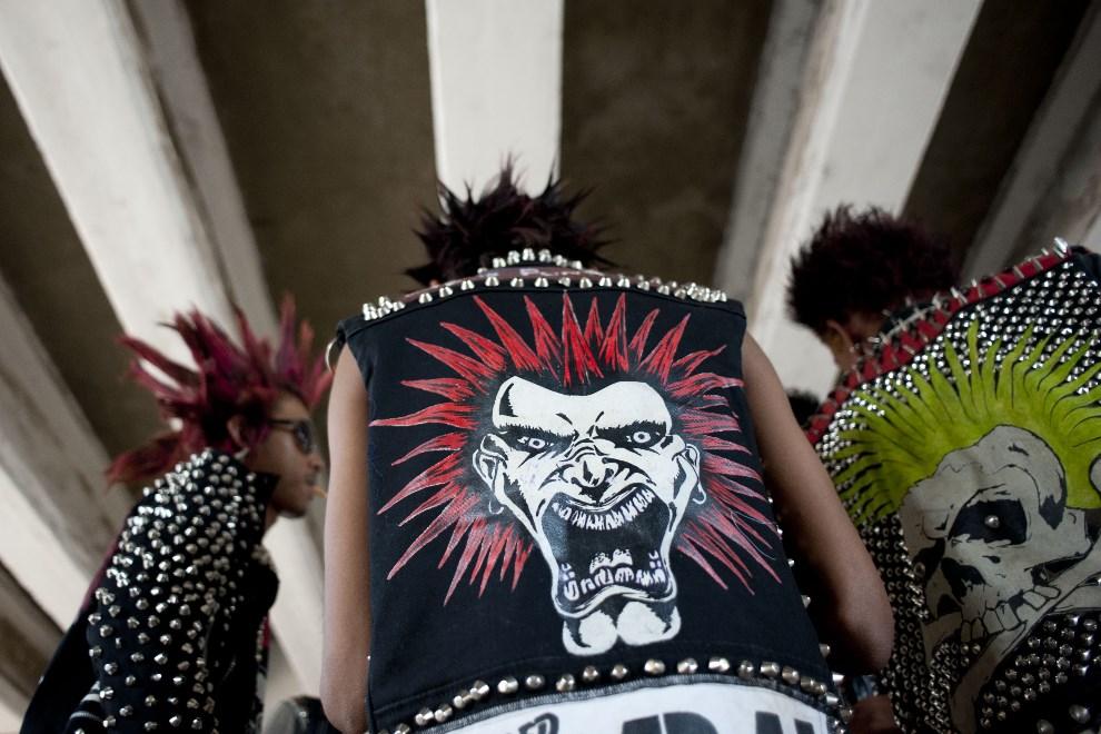 1.MJANMA, Rangun, 12 kwietnia 2014: Uczestnicy koncertu punkowego towarzyszącego festiwalowi Songkran. AFP PHOTO / YE AUNG THU