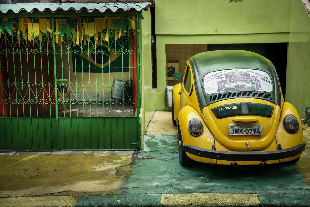 1.BRAZYLIA, Manaus, 11 czerwca 2014: Uliczka w jednym z miast goszczących zawodników i kibiców mundialu. AFP PHOTO/Raphael ALVES