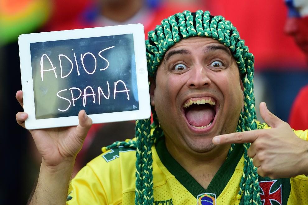1.BRAZYLIA, Rio de Janeiro, 18 czerwca 2014: Kibic z Chile żegna Hiszpanię. AFP PHOTO / MARTIN BERNETTI