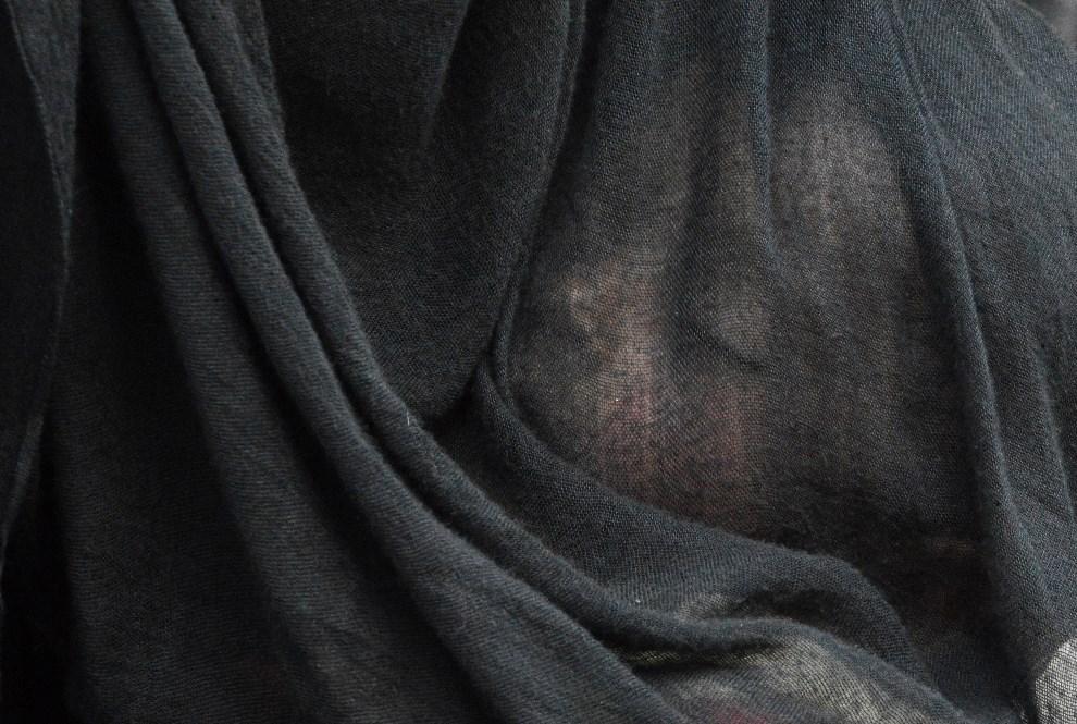 1.INDIE, Srinagar, 30 maja 2014: Dziecko na kolanach matki podczas modlitwy przed relikwiami proroka Mahometa. AFP PHOTO/Tauseef MUSTAFA