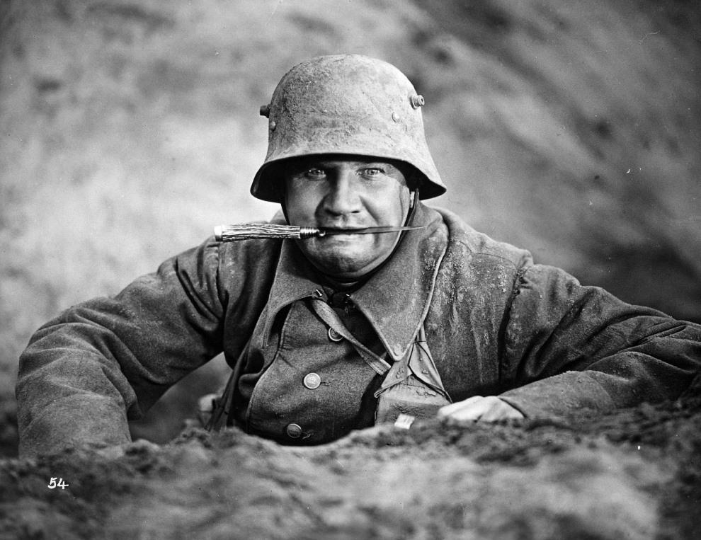 1.1930: Scena z Niemieckiego filmu  'West Front', opowiadającego o życiu w okopach podczas Pierwszej Wojny Światowej. (Foto: Hulton Archive/Getty Images)