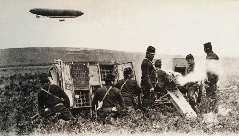 20.FRANCJA, Marna, wrzesień 1914: Francuska artyleria na tle przelatującego zeppelina podczas pierwszej bitwy nad Marną. AFP PHOTO YAZID MEMOUN
