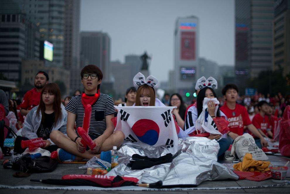 20. KOERA, Seul, 23 czerwca 2014: Kibice oglądają występ swojej reprezentacji. AFP PHOTO / Ed Jones