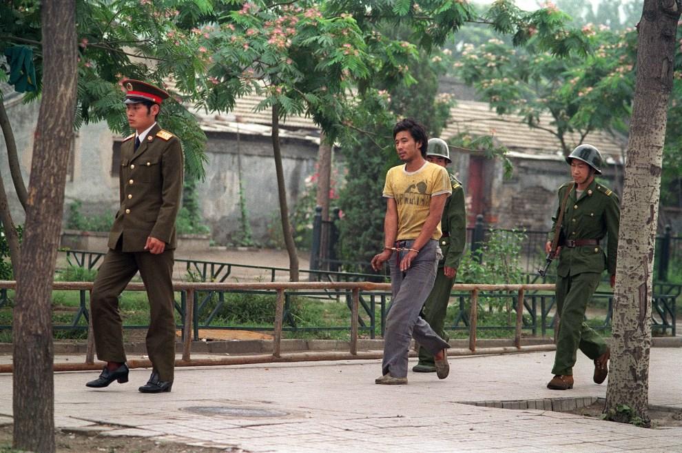 20.CHINY, Pekin, 14 czerwca 1989: Mężczyzna zatrzymany podczas protestów na placu Tiananmen. AFP PHOTO MANUEL CENETA