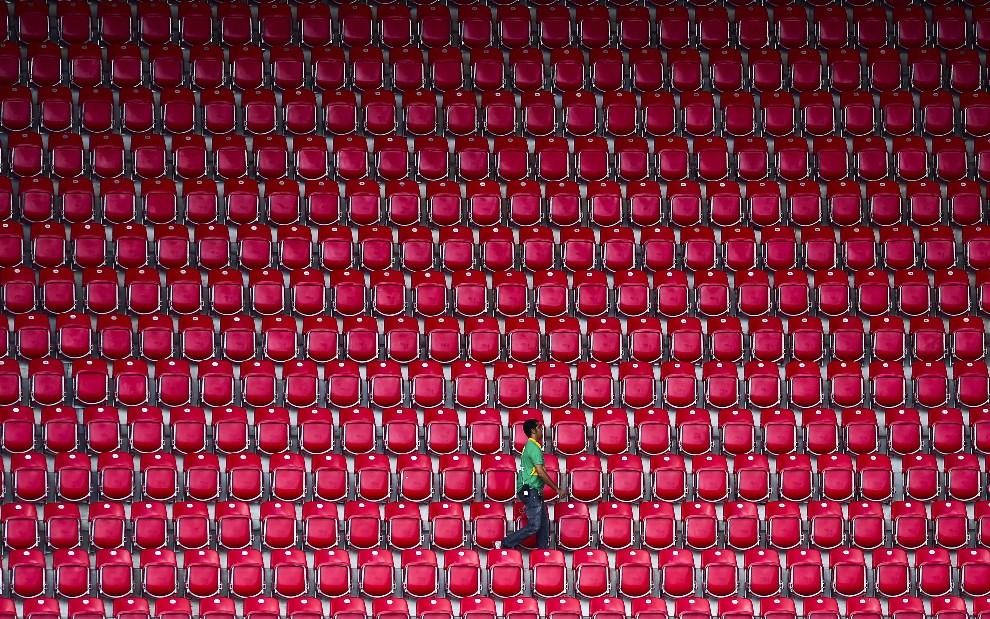 20.BRAZYLIA, Recife, 19 czerwca 2014: Mężczyzna na trybunach podczas treningu reprezentacji Włoch. AFP PHOTO / RONALDO SCHEMIDT