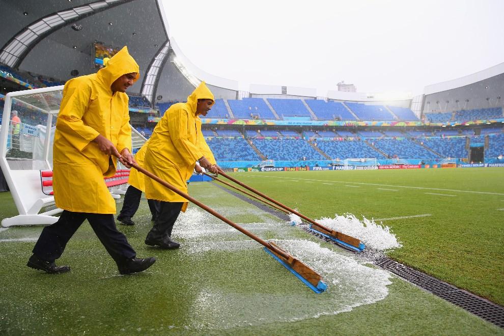 20.BRAZYLIA, Natal, 13 czerwca 2104: Pracownicy techniczni usuwają nadmiar wody z murawy. (Foto: Julian Finney/Getty Images)