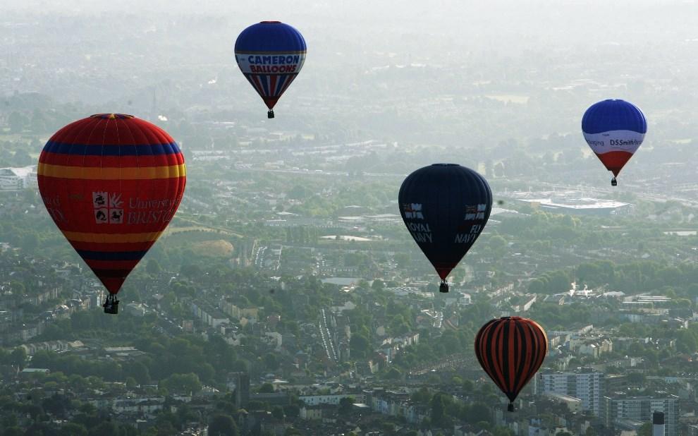 20.WIELKA BRYTANIA, Bristol, 8 sierpnia 2006: Pięć balonów unoszących się nad Bristolem. (Foto: Matt Cardy/Getty Images)