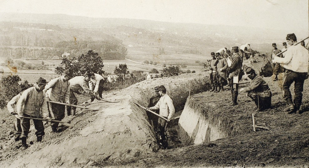 22.FRANCJA, sierpień 1914: Francuscy żołnierze przygotowują okopy przed pierwszą bitwą nad Marną. AFP PHOTO