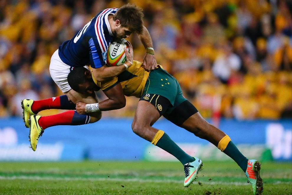 22.AUSTRALIA, Brisbane, 7 czerwca 2014: Australijczyk Tevita Kuridrani (po prawej) walczy o piłkę z Hugo Bonnevalem (Francja). AFP PHOTO / PATRICK HAMILTON