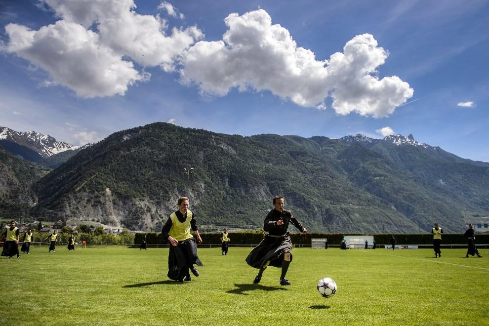 22.SWAJCARIA, Riddes, 25 maja 2014: Seminarzyści grają w piłkę podczas tygodnia rekolekcji. AFP PHOTO / FABRICE COFFRINI