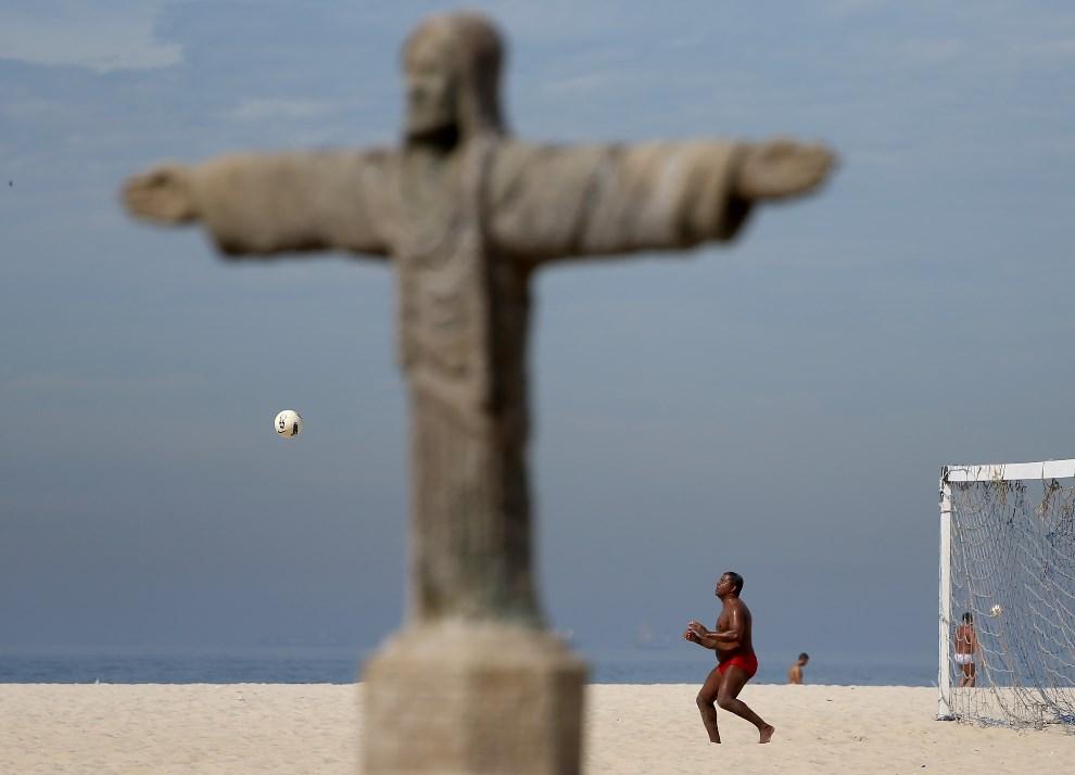 22.BRAZYLIA, Rio de Janeiro, 7 czerwca 2014: Rolando Byano grajacy w piłkę na plaży Copacabana. (Foto: Joe Raedle/Getty Images)