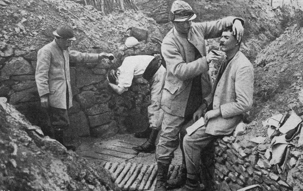 23.FRANCJA: Francuscy żołnierze w okopach. AFP PHOTO