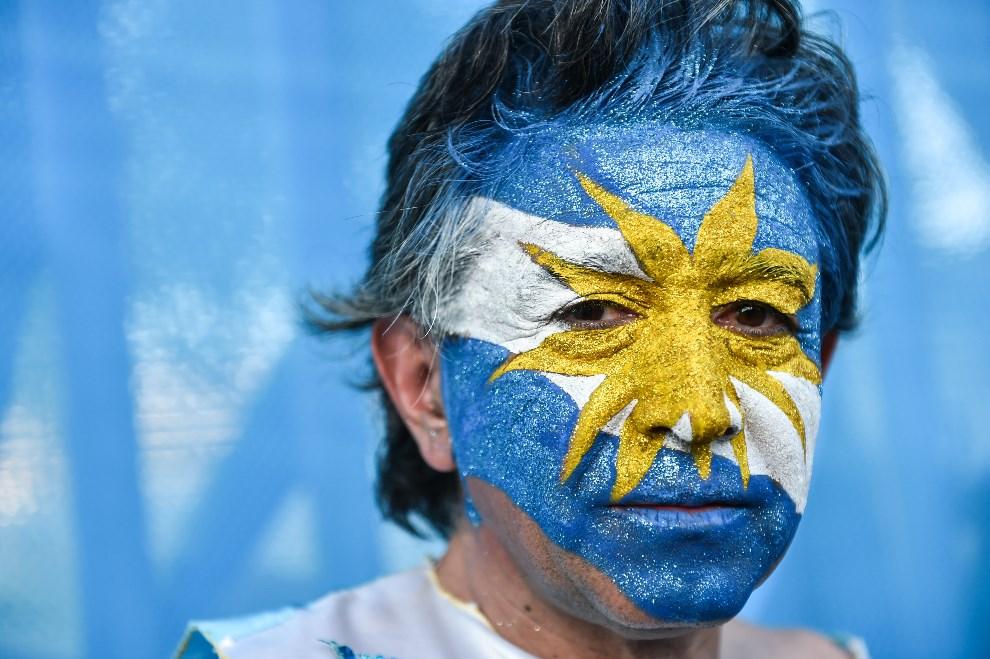 23.BRAZYLIA, Rio de Janeiro, 15 czerwca 2014: Kibic z Argentyny przed rozpoczęciem meczu Argentyna – Bośnia i Hercegowina. AFP PHOTO / YASUYOSHI CHIBA