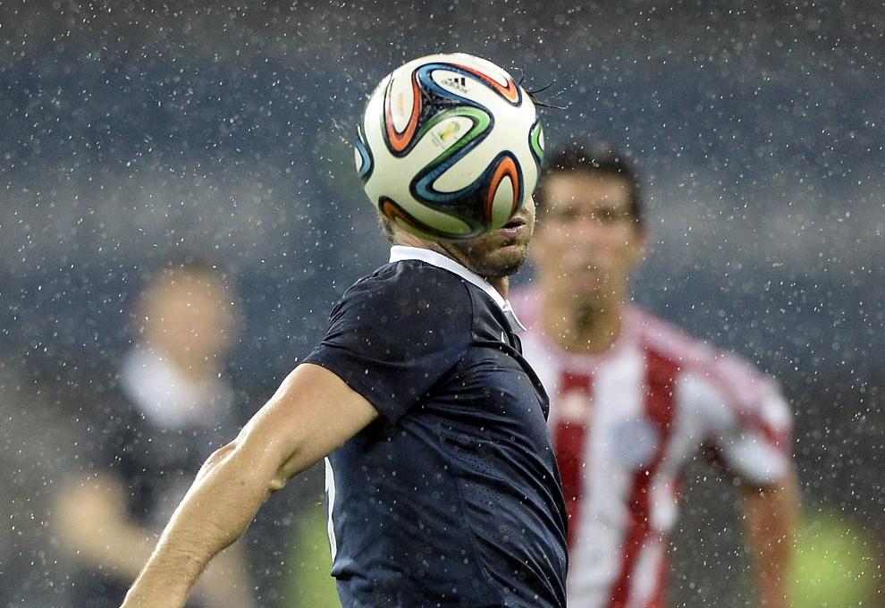 23.FRANCJA, Nicea, 1 czerwca 2014: Olivier Giroud przyjmuje piłkę podczas meczu reprezentacji Francji i Paragwaju. AFP PHOTO / FRANCK FIFE