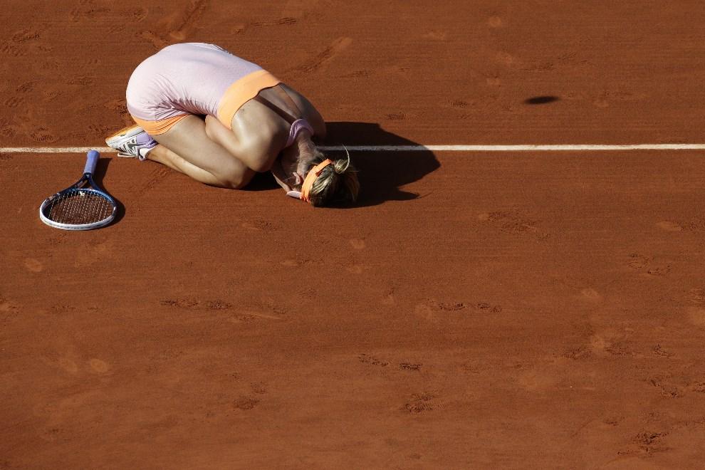 23.FRANCJA, Paryż, 7 czerwca 2014: Maria Sharapova cieszy się ze zwycięstwa w finale French Open. AFP PHOTO / KENZO TRIBOUILLARD